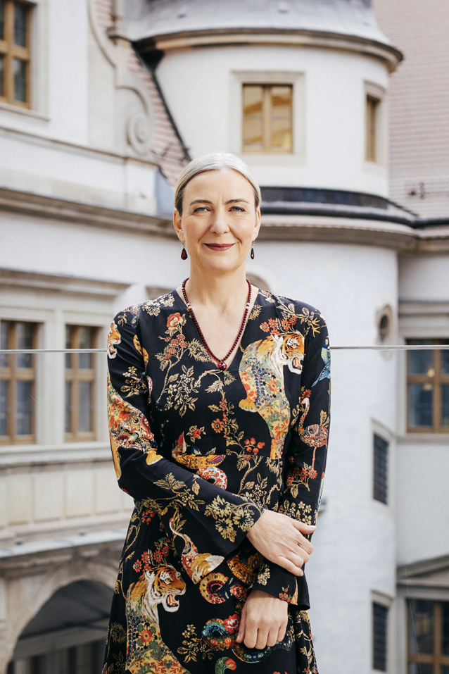Portrait photo of Marion Ackermann, Director-General of the Staatliche Kunstsammlungen Dresden, in front of Dresden's Royal Palace